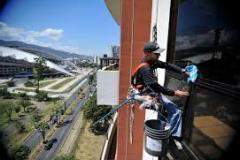 Limpieza-de-vidrios-hombre-colgante-grupo-inter-3