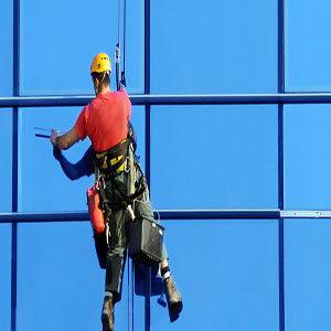 Limpieza de vidrios con hombre colgado